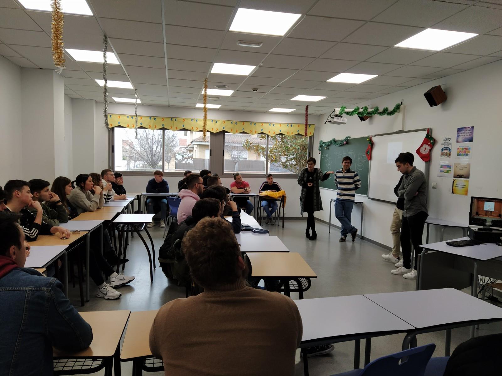 Jeronimo Mena director de Tecnología de Abalia con alumnos